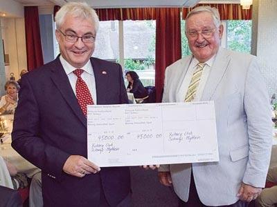 Mit diesem symbolischen Einzahlungsschein «überwies» Dr. Mark Weber (r.) im Namen des Rotary Clubs Schwyz-Mythen 45'000 Franken an das Laos-Projekt von Clubkollege Alois Kessler (l.).