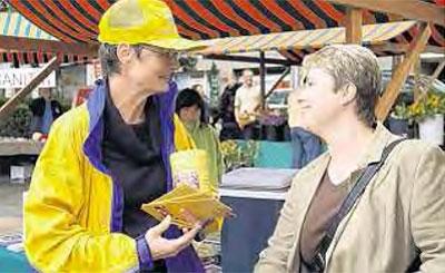Erfolgreiche Sammelaktion: Franziska Berlinger (links) informiert die Marktbesucher über das Problem der Kinderlähmung.
