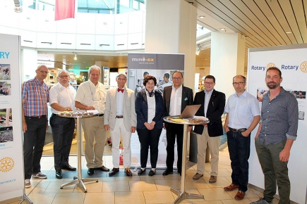 Mine-ex Stand vom 10. 9. 2016 im Mythen Center Schwyz mit Governor Franz-Xaver Stadler, RC Uri (4. v. l.) sowie Präsident Matthias Ehrler und Rot. Theo Camenzind (1. und 2. v. l)
