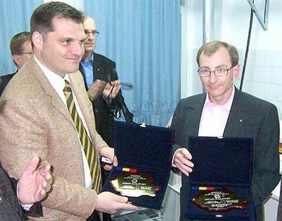 Projektleiter Rot. Ingo Steinel (l.) übergibt am 26. Oktober 2007 die Maschinen und die neue Wäscherei.