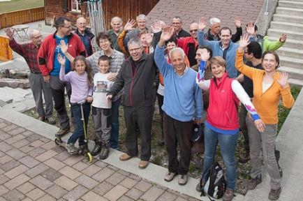 Die Mitglieder der RCs Zürich-West und Schwyz-Mythen zusammen mit Karin Gisler (vorne links) und den beiden jüngsten von fünf Kindern Miriam sowie Simon vor dem Heimet, dessen Dachsanierung die Rotarier finanziell unterstützen.